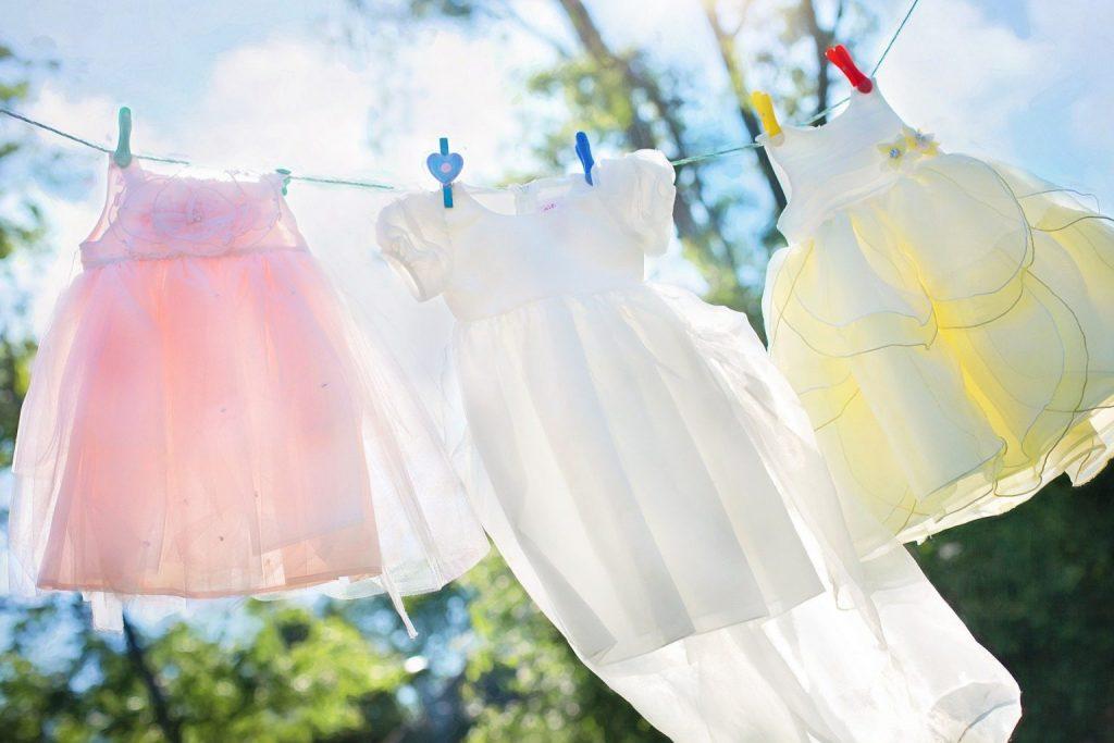 Wäscheleine draußen bei Sonnenschein